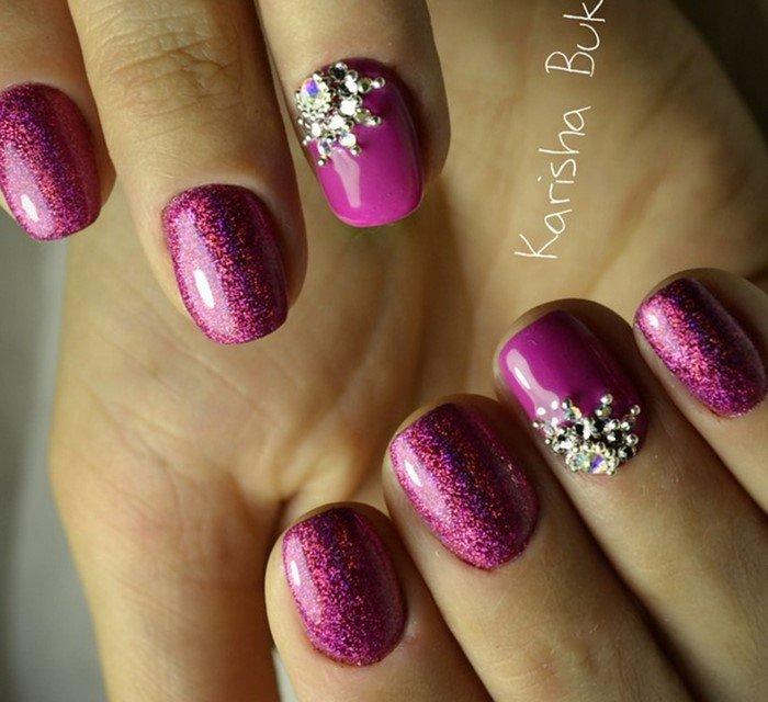 малиновые ногти и цветок из страз
