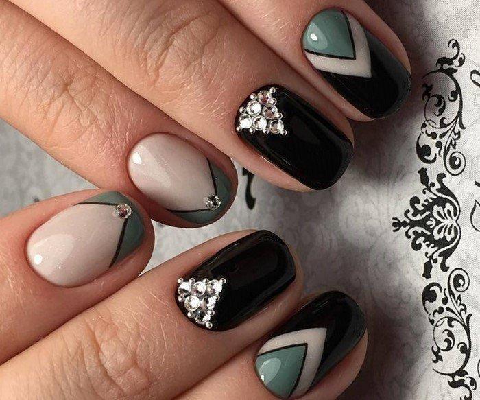 геометрия на ногтях со стразами