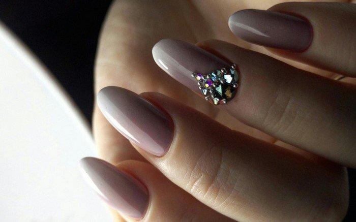 треугольная лунка на ногтях из страз