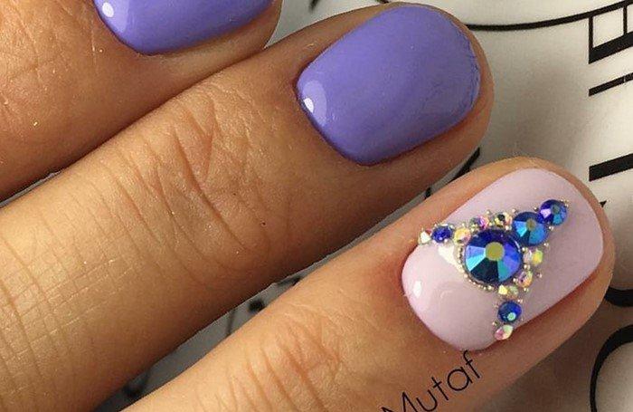фиолетово-розовые ногти со стразами