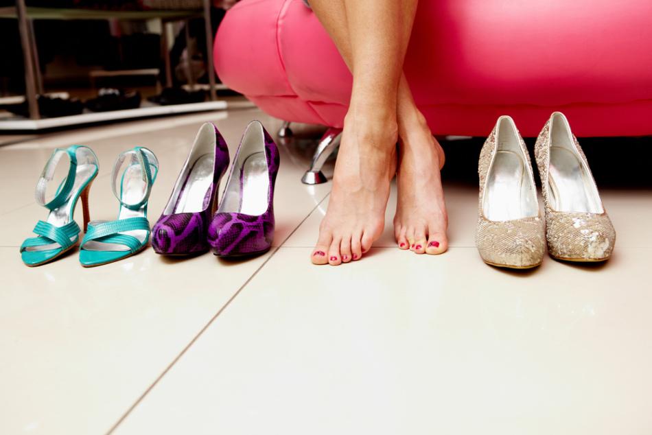 Ношение узкой обуви часто становится причиной образования дикого мяса на пальцах ног