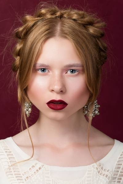 макияж с бордовой помадой для рыжих