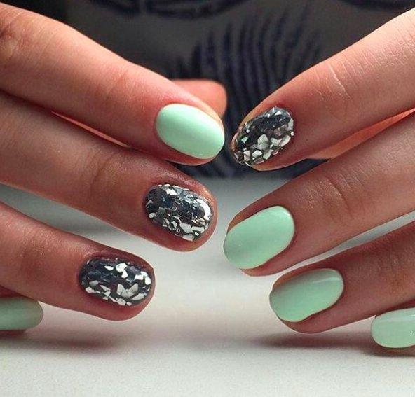 короткие мятные ногти