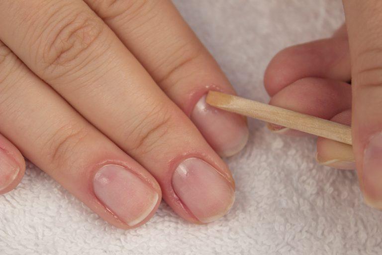 очистка ногтей палочкой