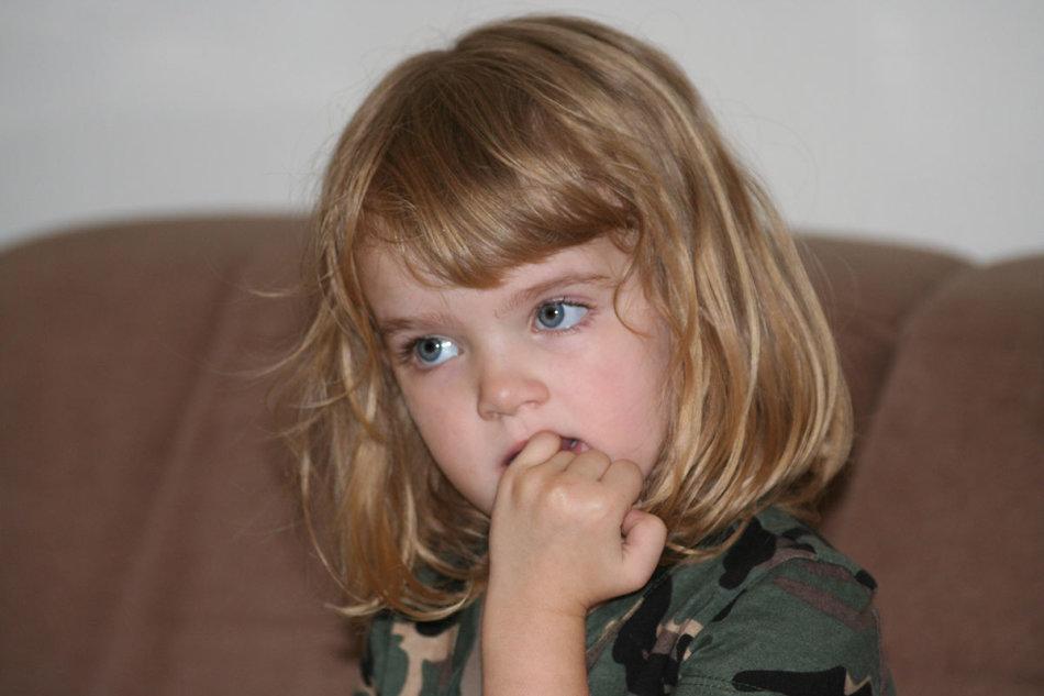 Отучить ребенка грызть ногти