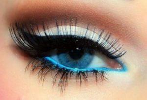 Ярко накрашенный голубой глаз