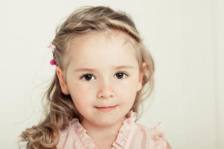 Локоны со жгутами - Прически на средние волосы для девочек