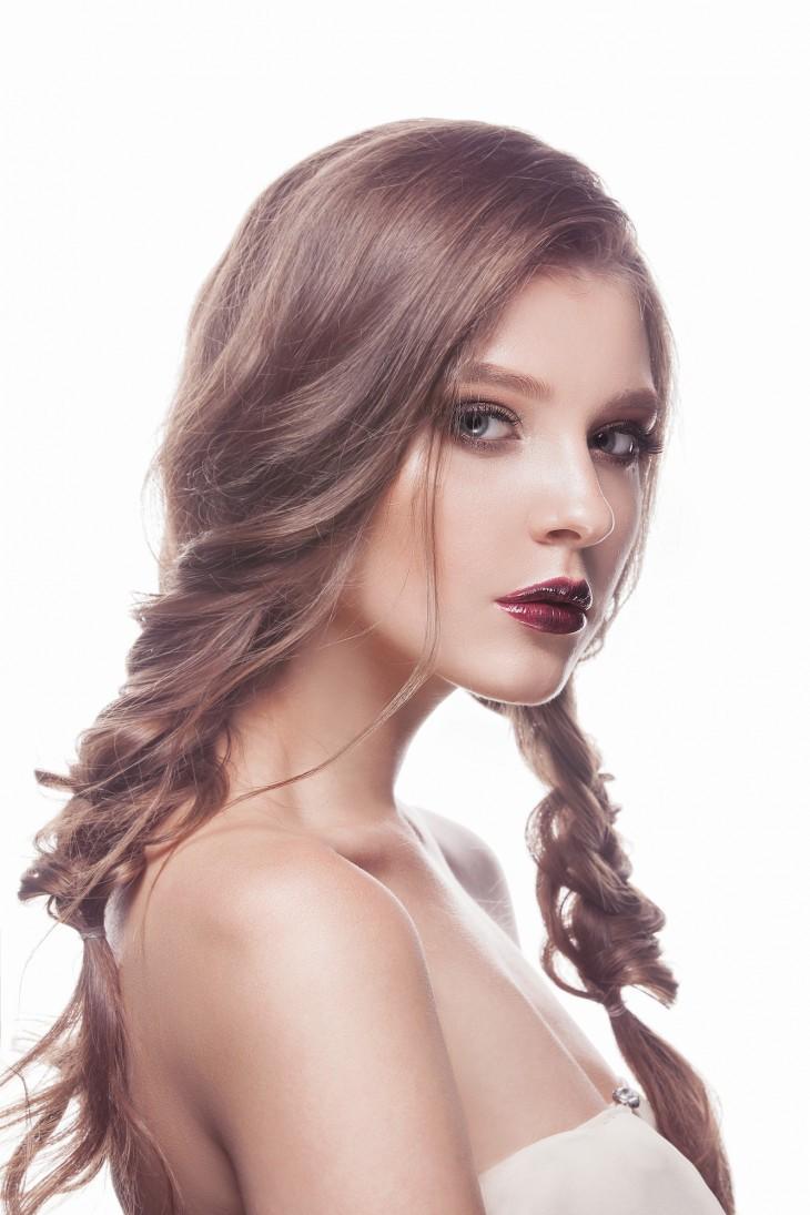 причёска «Небрежные косы» на 1 сентября на длинные волосы