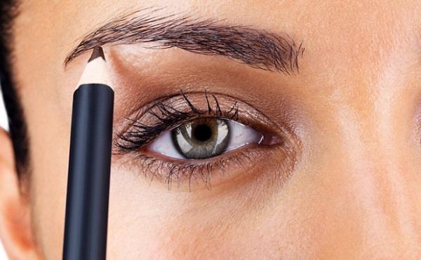 Прорисовать брови можно с помощью карандаша