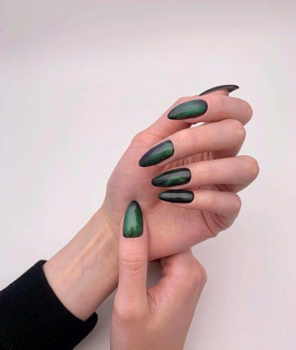 Темно-зеленый простой маникюр