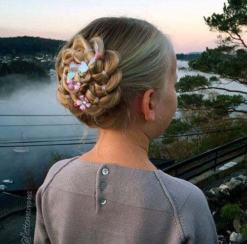 Пучок из четырех кос с цветами