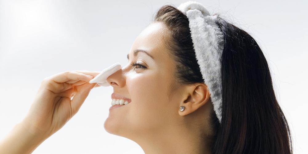 Домашнюю маску-пленку необходимо наносить на чистую кожу, предварительно очищенную гелем для умывания или тоником