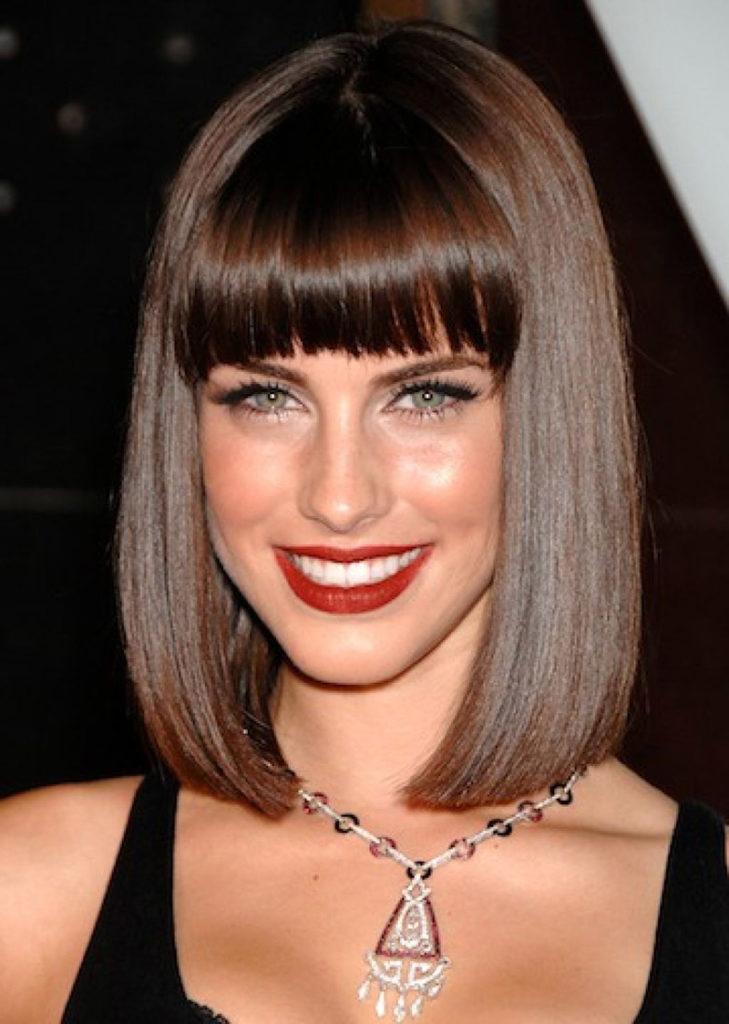 Омолаживающая стрижка на средние блестящие волосы