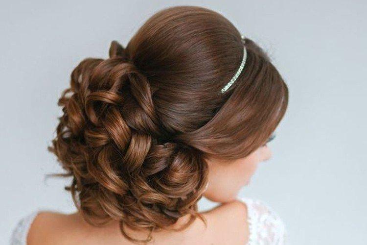 Пышные завитки - Свадебные прически на средние волосы