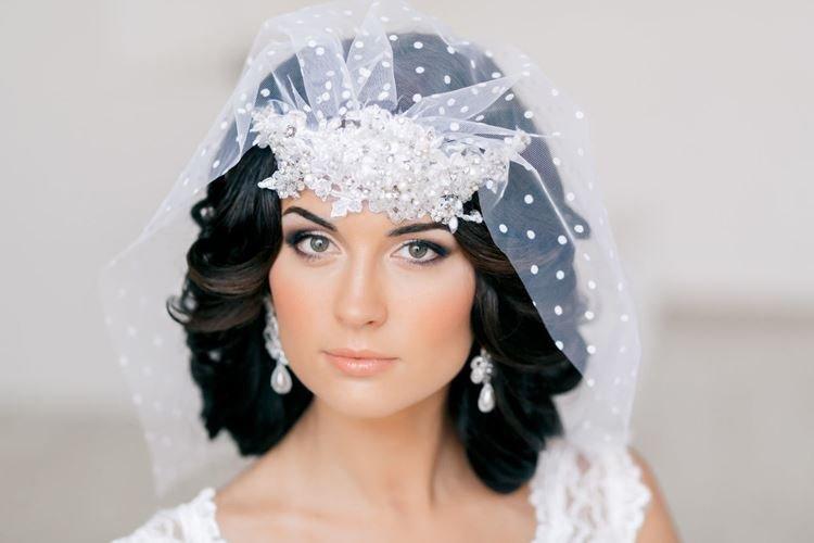 Густые локоны с фатой на всю голову - Свадебные прически на средние волосы