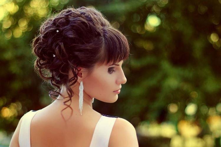 Свадебная классика с челкой - Свадебные прически на средние волосы