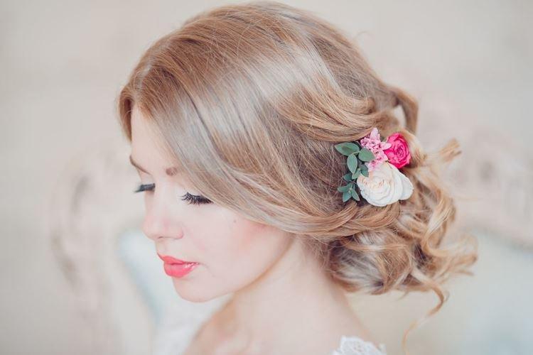 Цветочная романтика - Свадебные прически на средние волосы