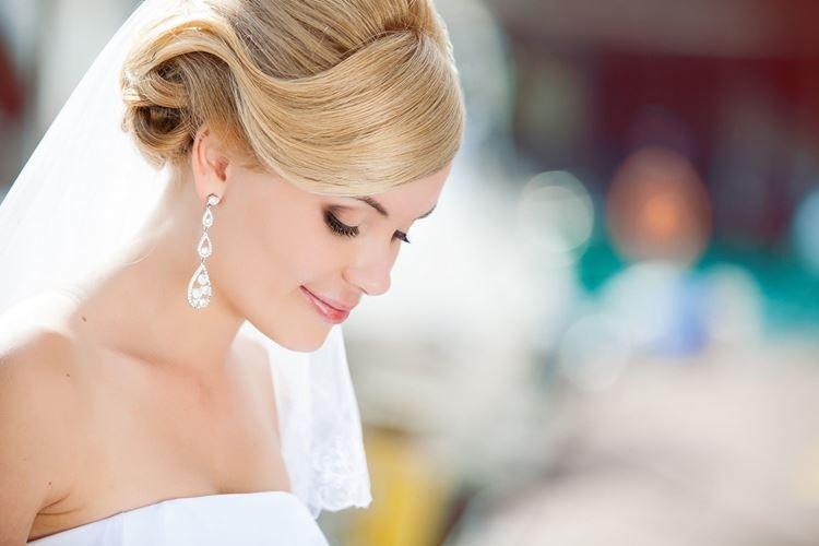 Волна с челкой - Свадебные прически на средние волосы