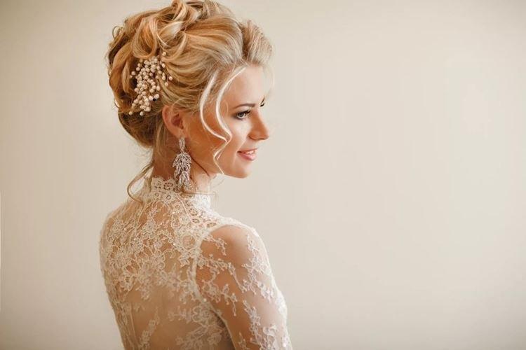 Аристократическая свадебная прическа на средние волосы