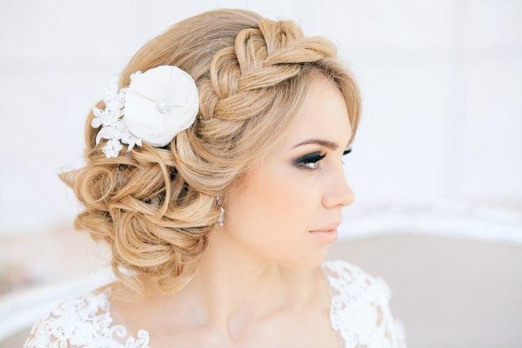 Прическа с косой вместо диадемы - Свадебные прически на средние волосы
