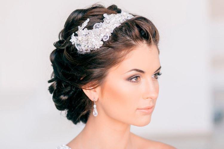 Свадебная прическа со спрятанной челкой на средние волосы