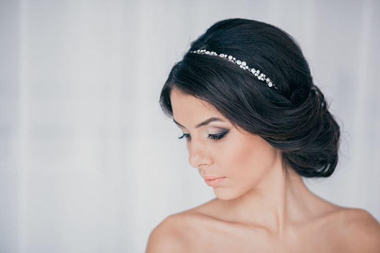 Игра контрастов с диадемой - Свадебные прически на средние волосы