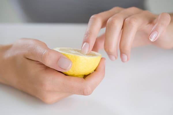 Отбеливание ногтей лимоном