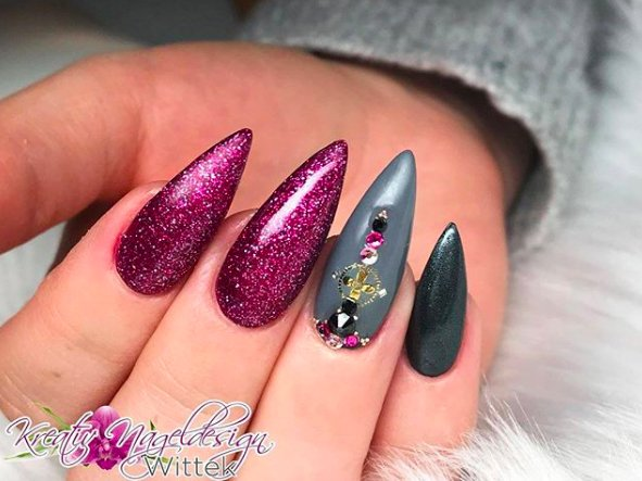 розово-серые ногти стилетто
