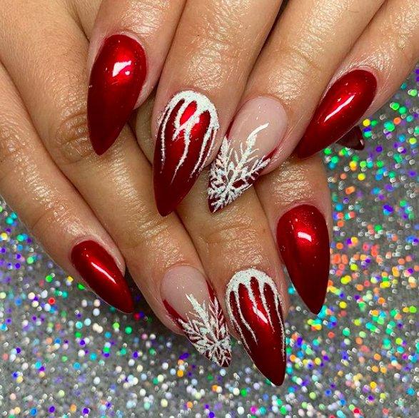 красные ногти со снежинками
