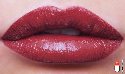 бордовая помада на губах