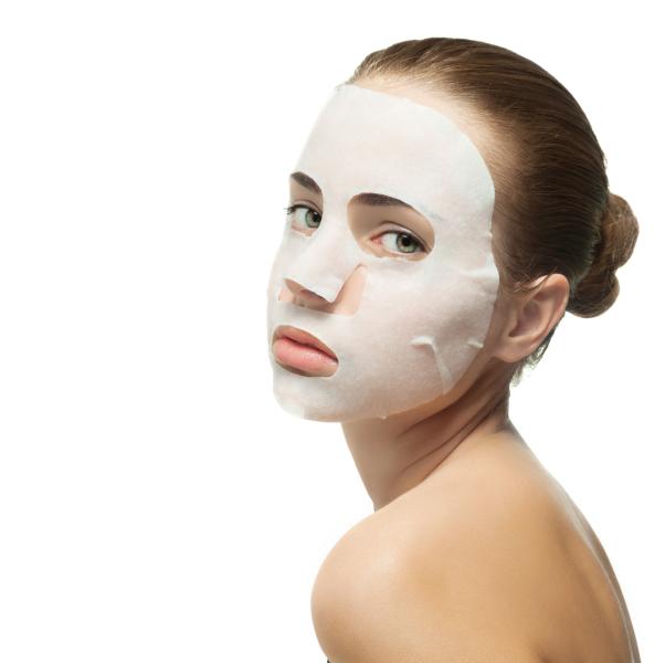 Тканевая маска для лица, пропитанная увлажняющим составом.