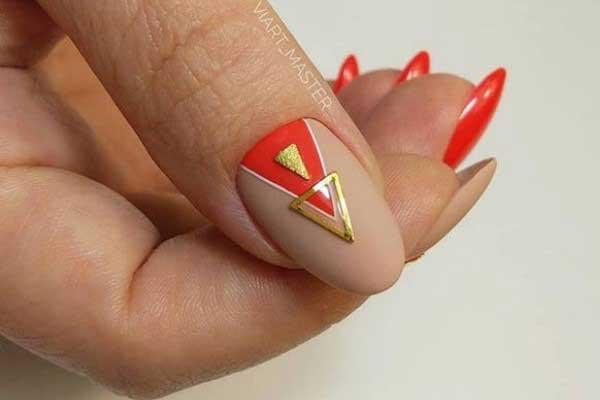Золотистый маникюр на длинных ногтях